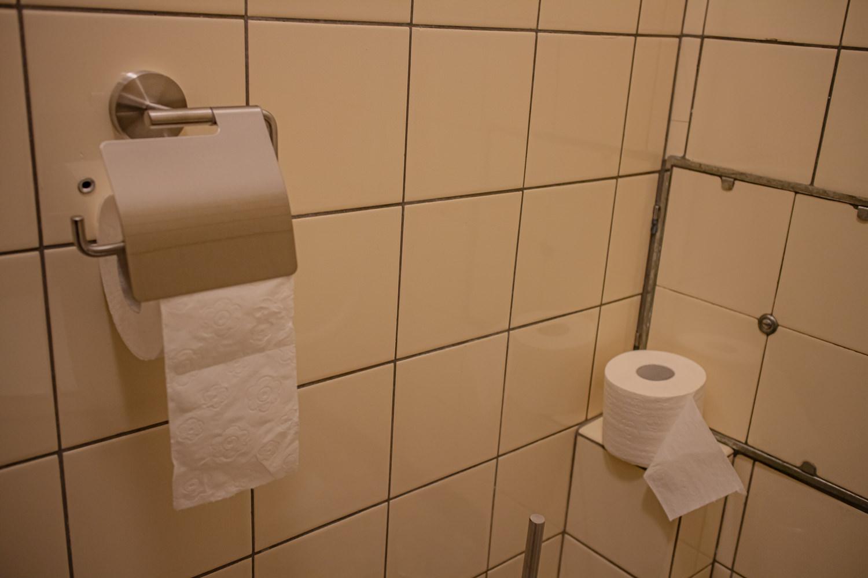Toilettenpapierhalterung erneuert, geputzt